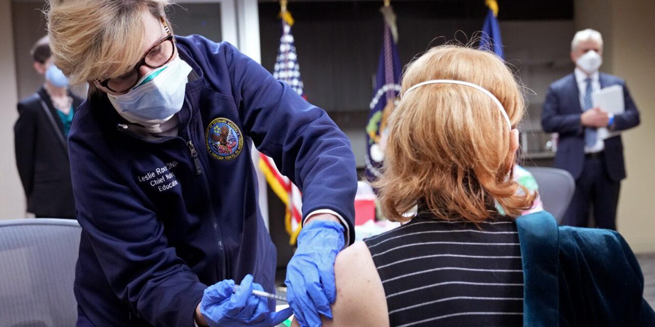 EE.UU. no alcanzará la meta del 70 % de los adultos parcialmente vacunados en julio