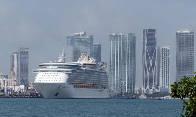 El primer crucero con pasajeros desde EE.UU. marca «nuevo amanecer» del sector