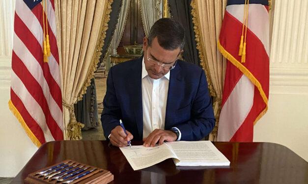 Gobernador firmó el presupuesto para el año fiscal 2021-2022