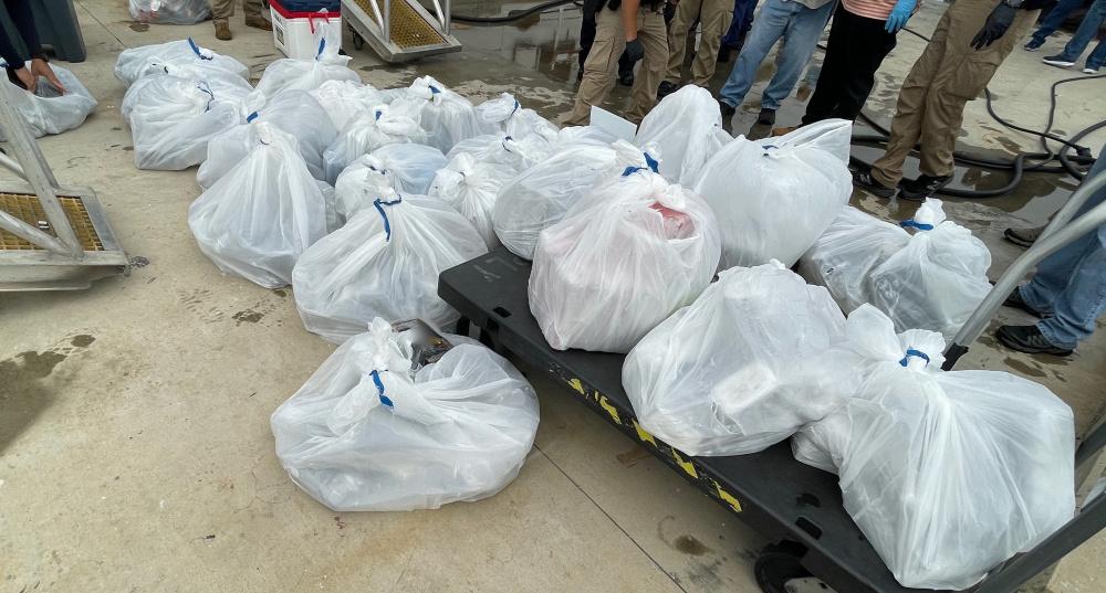 Guardacostas incautan $ 15 millones en cocaína y transfiere la custodia de 2 contrabandistas en San Juan