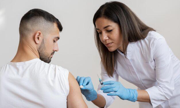 Gobernador ordena vacunarse a empleados de la salud y a contratistas