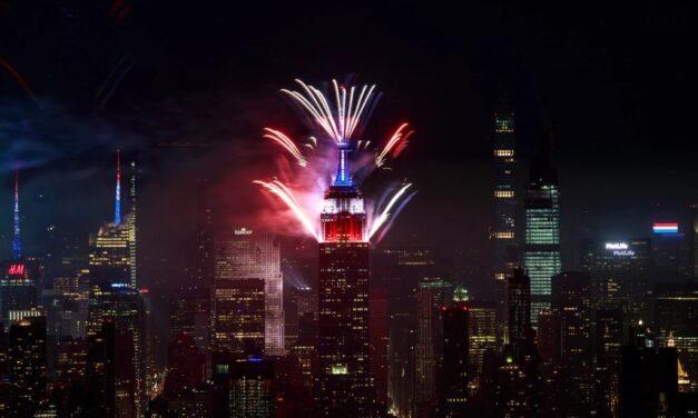 Iconos de Nueva York se tiñen de rojo, blanco y azul por el 4 de julio