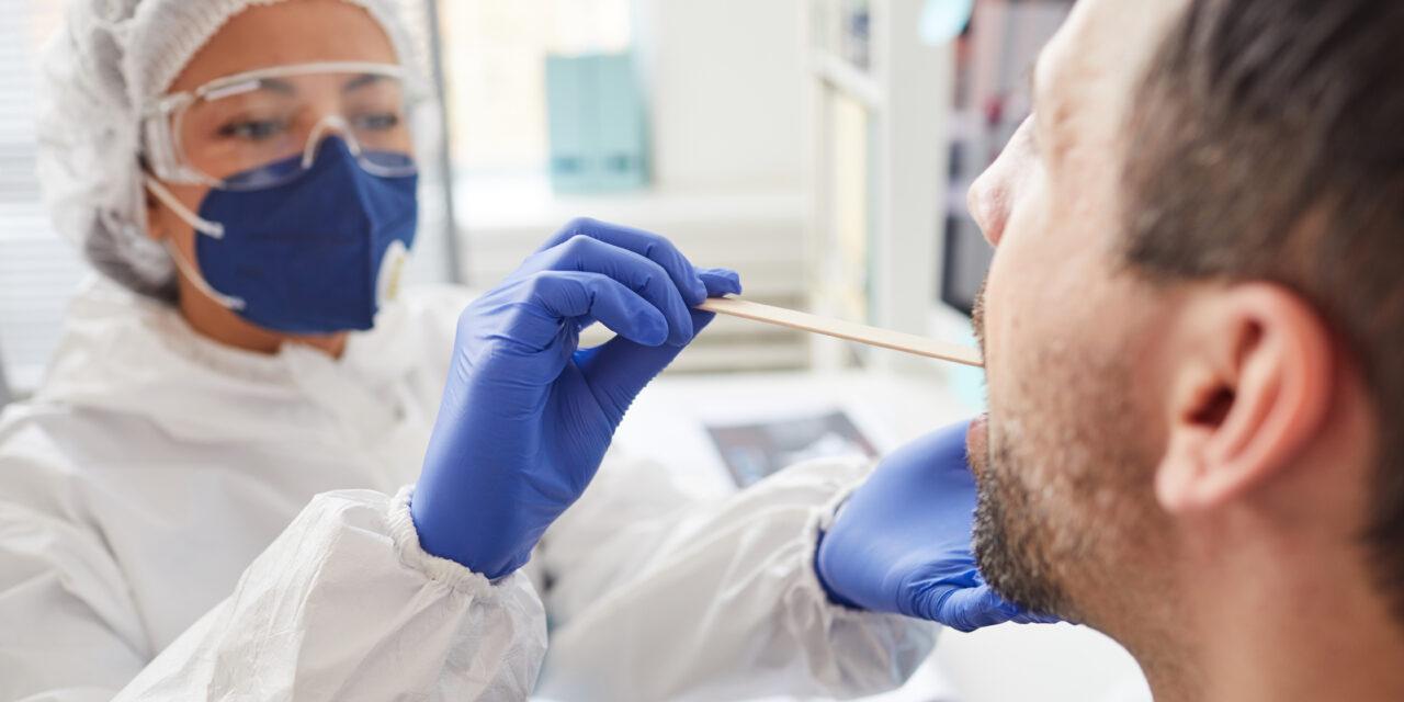 Salud confirma un alza sostenida de contagios, pero bajo control