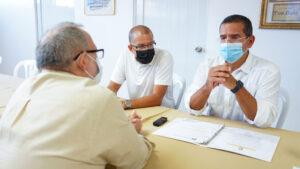 El alcalde Betito Márquez y el gobernador Pierluisi contestan preguntas del periodista Edwin García durante la entrevista en la antigua alcaldía de Toa Baja.