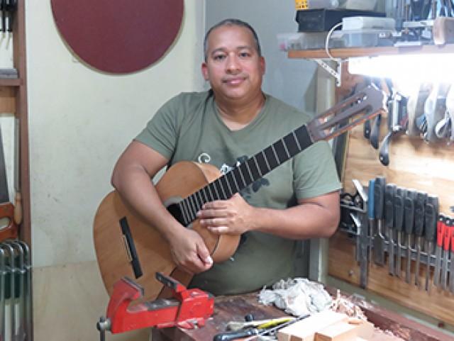 Un bombero brasileño convierte restos de incendios en instrumentos musicales