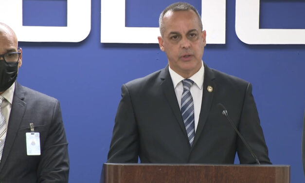 Comisionado de la Policía dice investigación interna contra sargento continúa a pesar de no causa de tribunal