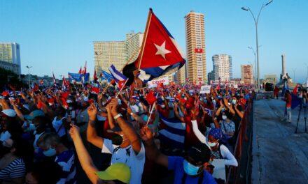 Miles de personas acuden a acto pro-Revolución en presencia de Raúl Castro