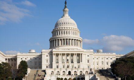 El Gobernador  juramenta a cuatro delegados por la estadida para Washington