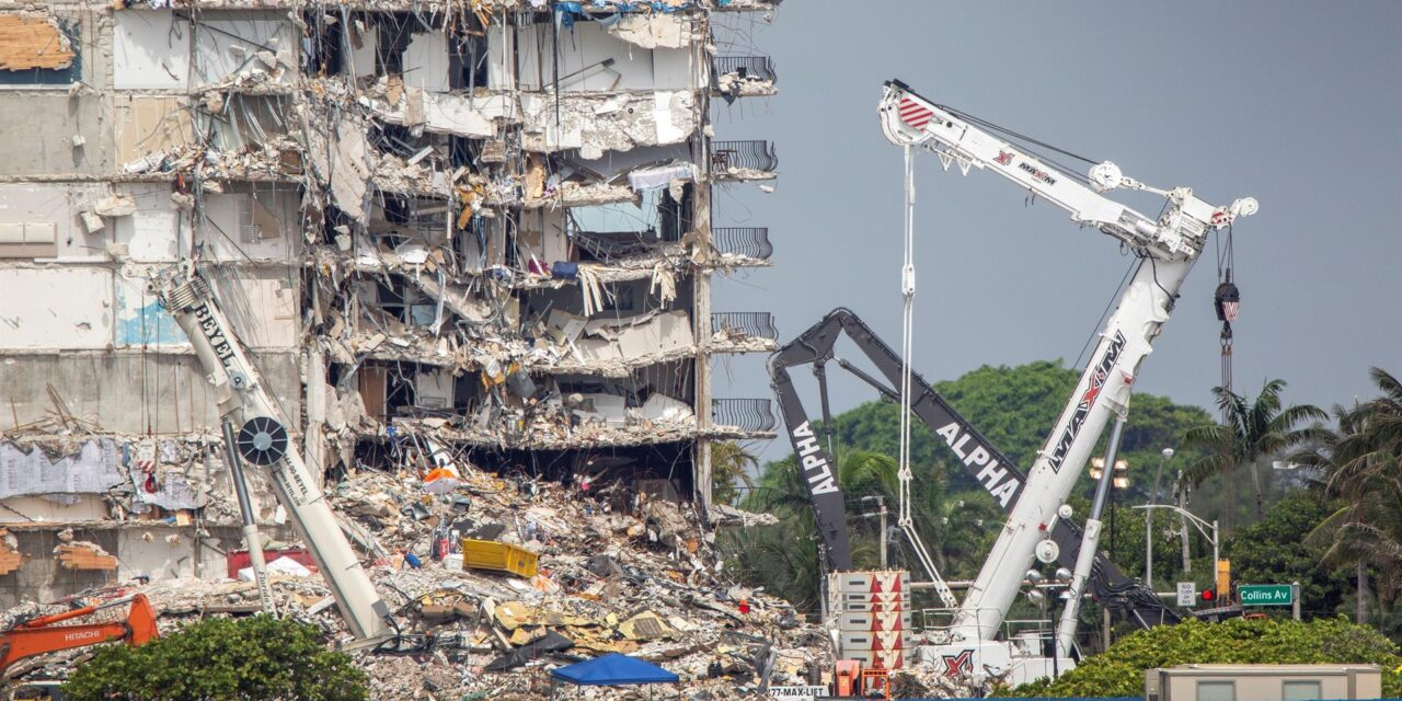 Se reanudan trabajos de rescate entre los escombros de edificio de Miami-Dade