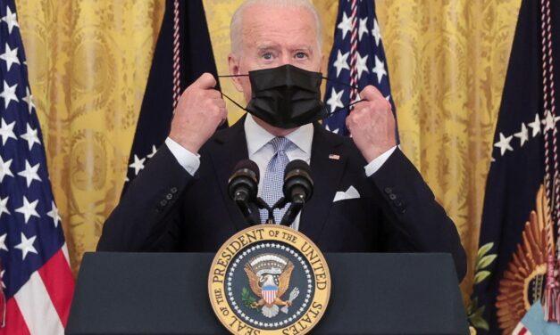 Biden exige vacunarse a los trabajadores del Gobierno ante el auge de casos