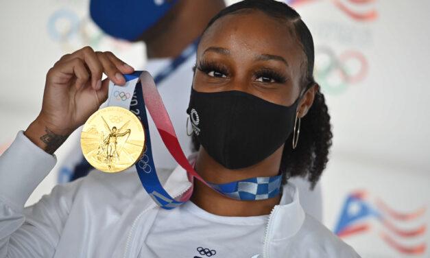 Jasmine Camacho-Quin llega a Puerto Rico y encabeza caravana luciendo oro olímpico